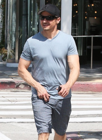 Jeremy+Renner+Shows+Off+Guns+AY-6gPLs0m4l.jpg
