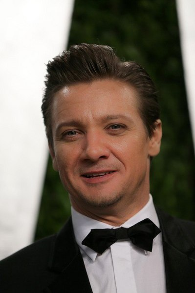 item54_rendition_slideshowWideVertical_B6-Jeremy-Renner.jpg