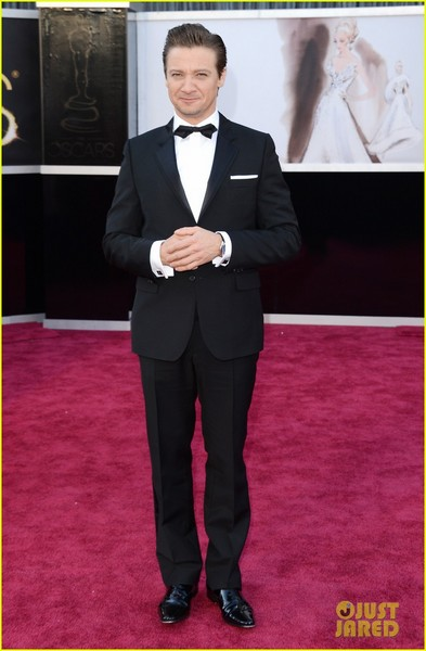 jeremy-renner-oscars-2013-red-carpet-01.jpg