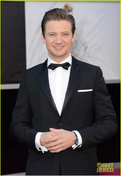 jeremy-renner-oscars-2013-red-carpet-02.jpg