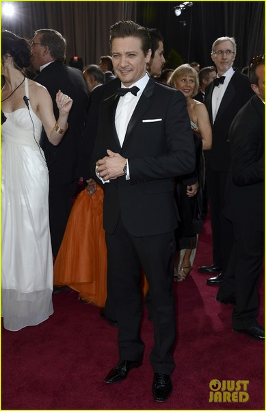 jeremy-renner-oscars-2013-red-carpet-05.jpg